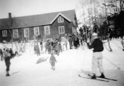 """Kretsrenn på nedsida av """"gamle"""" Hugnadheim i 1946. Me ser:"""