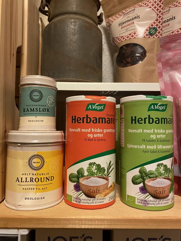Stjerneanis kr 30,- Himalayasalt kr 50,- Ramsløk kr 35,-  Allround krydder kr 65,- Herbamare kr 90,- Herbamare (Foto/Photo)
