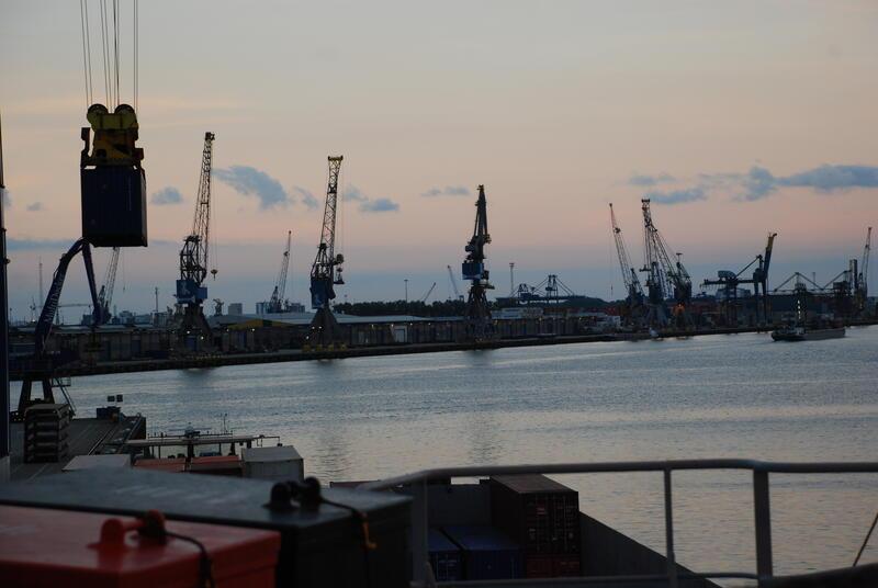 Konteinerhavn og kraner (Foto/Photo)