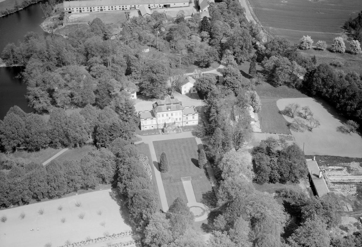 Den slottsliknande huvudbyggnaden på Stjärnvik härstammar troligtvis från 1600-talet men fick sitt nuvarande utseende 1914. Nämnda år lät konsul Oskar Brynolf bygga om sätesbyggnaden efter ritningar av Isak Gustaf Clason.