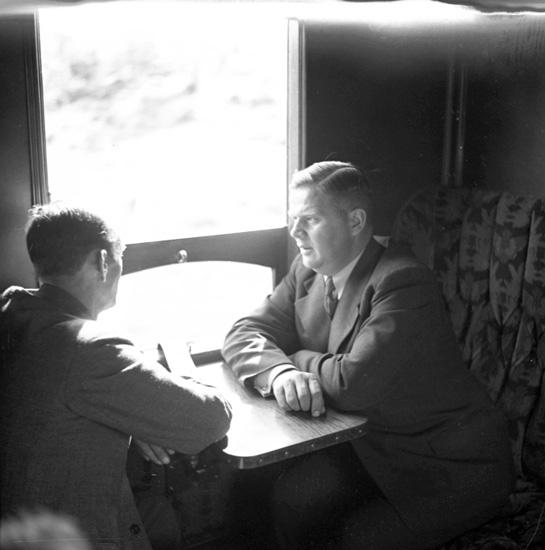"""Text till bilden: """"I järnvägsvagn""""."""