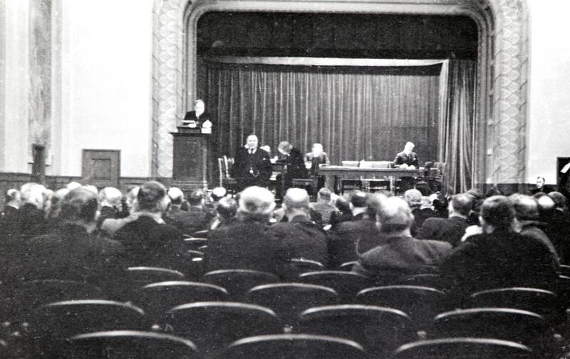 Bilde av scena i Festiviteten teater hvor Stortinget og Regjeringen var samlet 9. april 1940. (Foto/Photo)