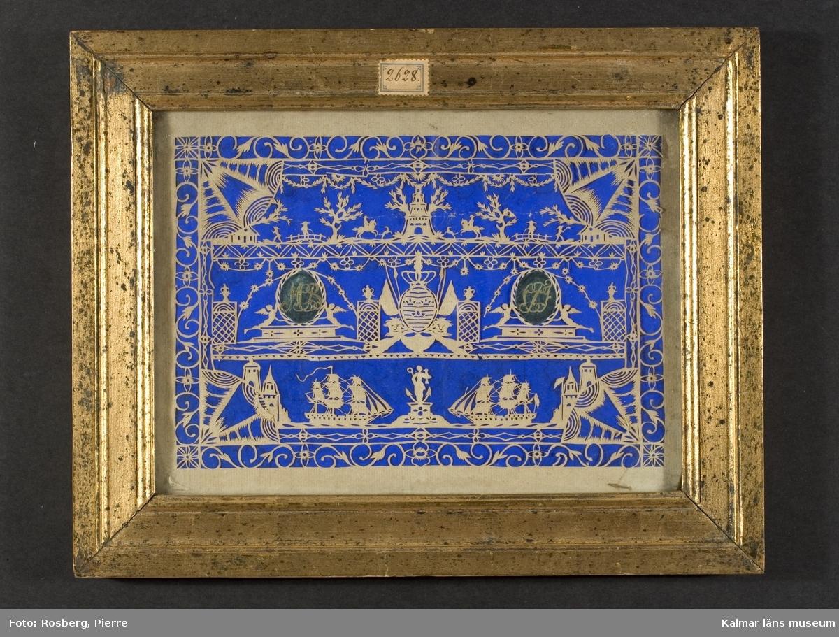 KLM 2628:2. Tavla med silhuettklipp. Inramad med platt bred förgylld träram och glas. Detaljrikt silhuettklipp i vitt papper mot blå botten. Motiven uppdelade i tre sektioner över varandra, varje sektion har spegelvänt motiv på den ena halvan, underst: två skepp och staty, mellanplan: två medaljonger med initialer/monogram, MCB resp CPJ och krönt vapensköld med tre kronor, översta raden: landskap, man på bro, ryttare och hund, tornbyggnad i flera våningar. Motivet inramas av stiliserade växtslingor.