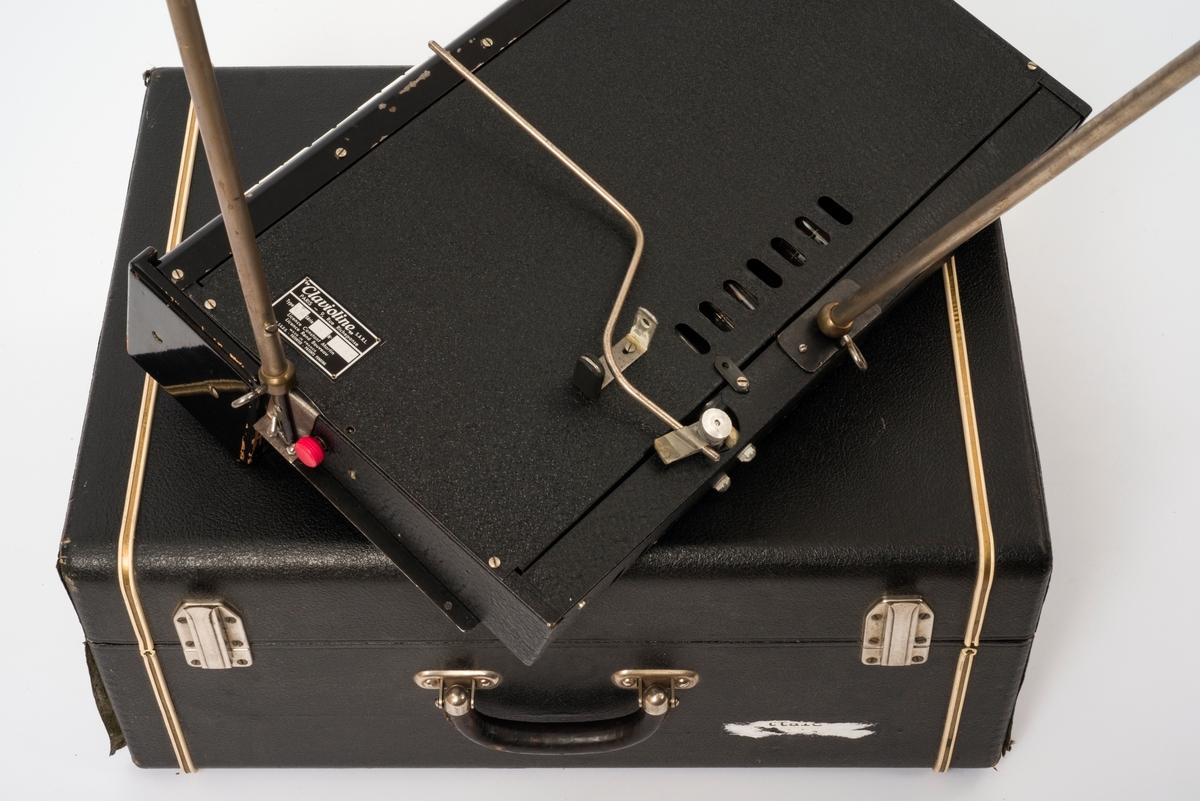 Claviolinen (a) på tre metallføtter, samt høytaleren (b) til denne. Svært tidlig elektronisk instrument.