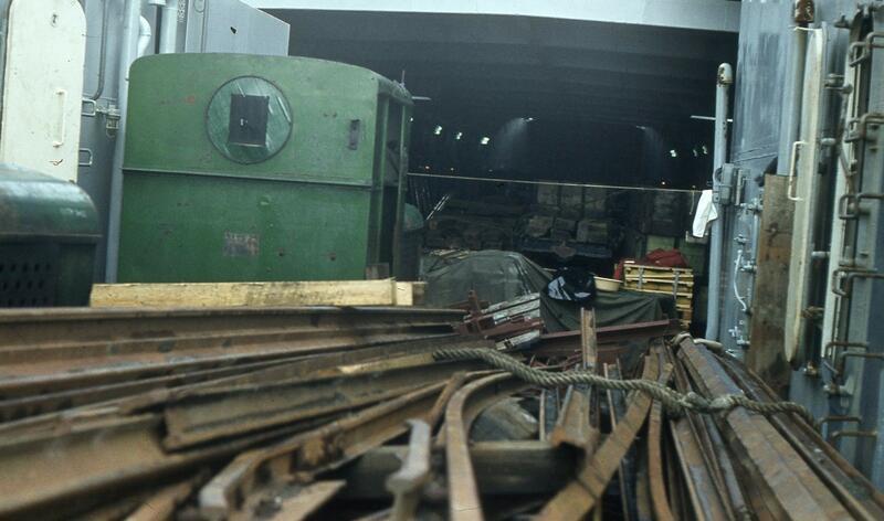 Lokomotiv og skinnemateriell om bord i landgangsfartøyet «Rotsund». Foto: Olaf Wiegels. (Foto/Photo)
