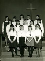 Flickkören (födda 1952 - 1958) står i lilla salen i Kållered