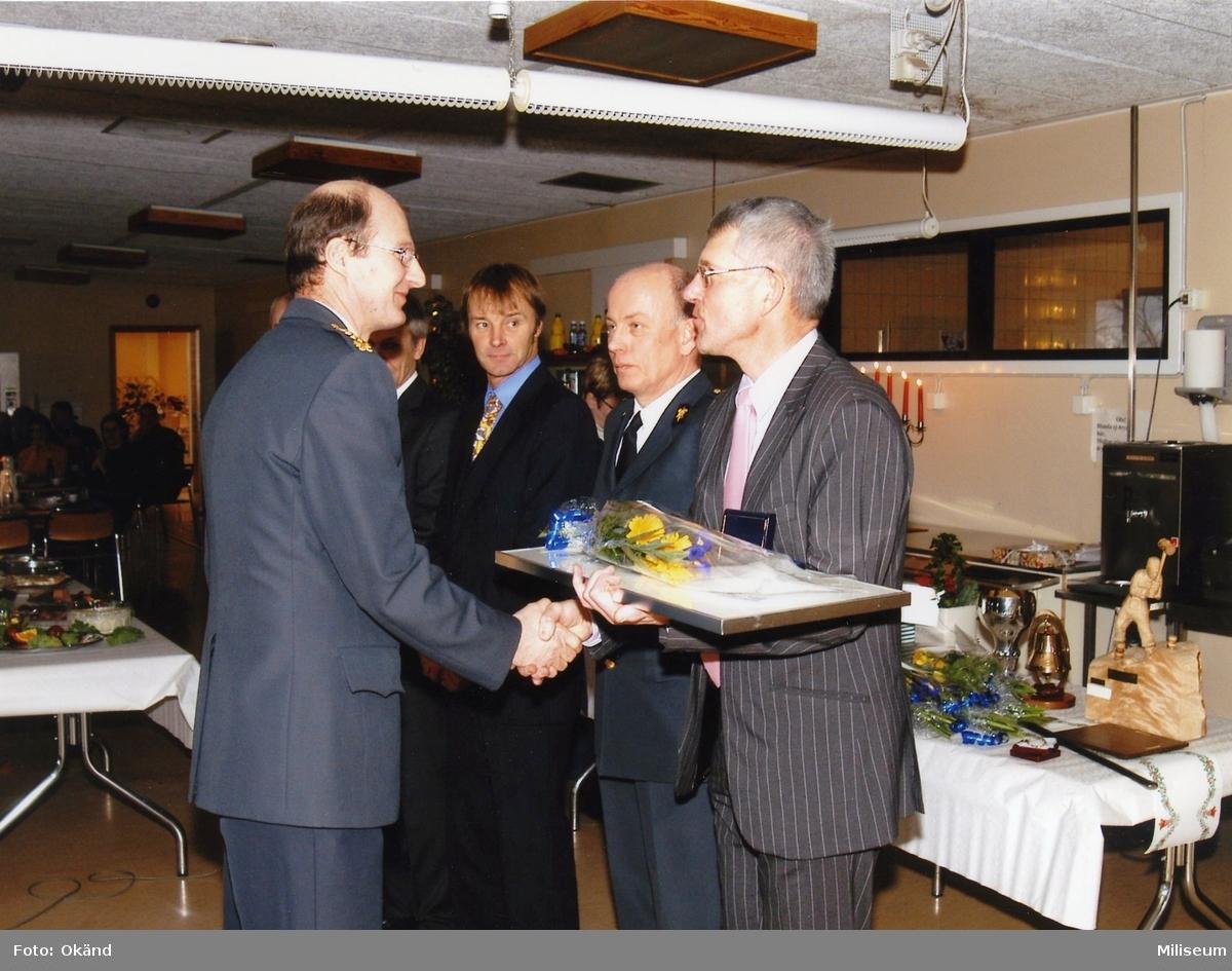 Pensionsavtackning. Från vänster överste Anders Stenström, Ing 2, Åke Albertsson, Ing 2, Lennart Blom, Ing 2/Farb S, ?.