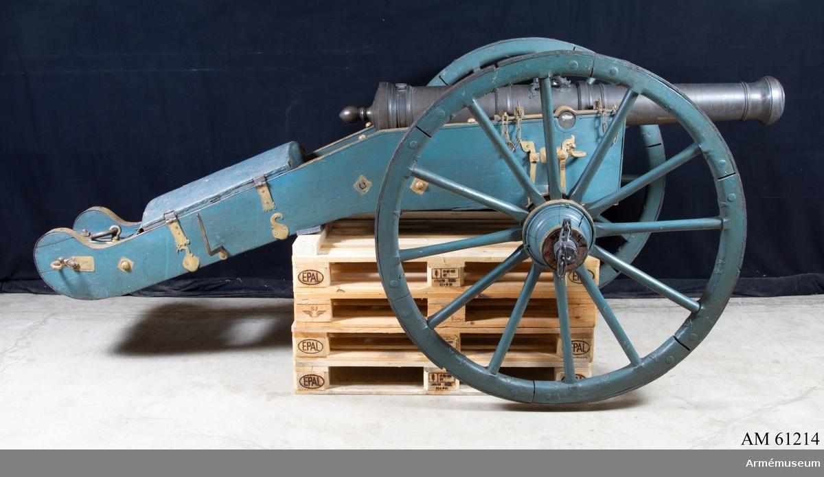 Grupp F I. Lavett av Cronstedts system till 3-pundigt regementsstycke, 1751. Kapten F A Spaks katalog 1888.Sardinsk modell med tillhörande svensk lavett av Cronstedts  system. Kanonen är ett enkelt eldrör av metall. Druvan är  spets-kulformig.