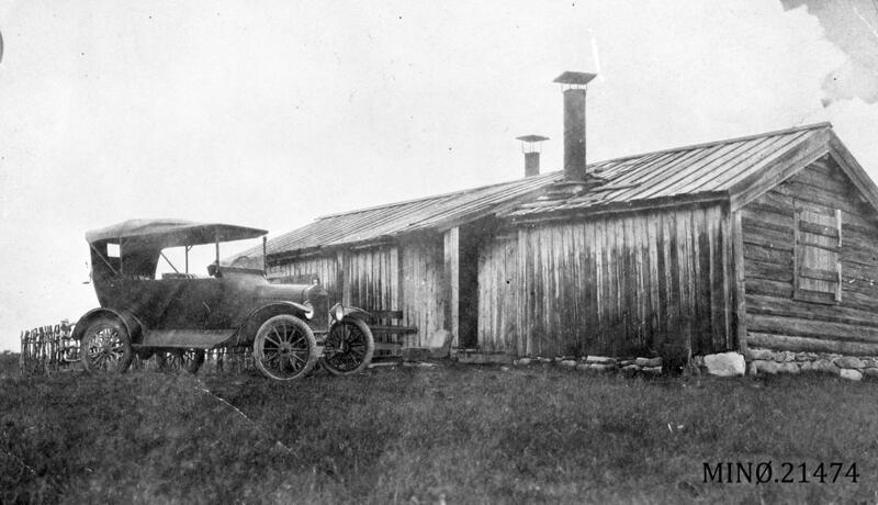 Kolbjørn Unseth sin T-ford foran setra på Unset, Rendalen, ca. 1920. Foto: Musea i Nord-Østerdalen. (Foto/Photo)
