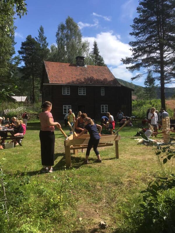 Aktiviteter foran Røstebygningen (Foto/Photo)