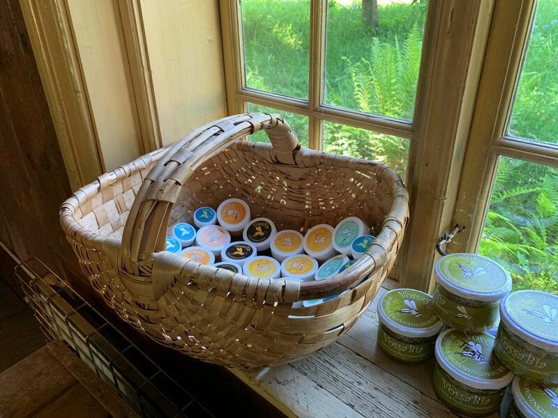 Vossabia er en økologisk familiegård på Voss som bruker gårdens eget naturmangfold til å lage naturlige hår- og hudpleieprodukter. Fokuset ligger på helhetlig, langsiktig helse og skånsom bruk av naturens råvarer. Dette er effektive, pleiende produkter laget av nøye utvalgte urter, ville vekster, bivoks og honning. (Foto/Photo)