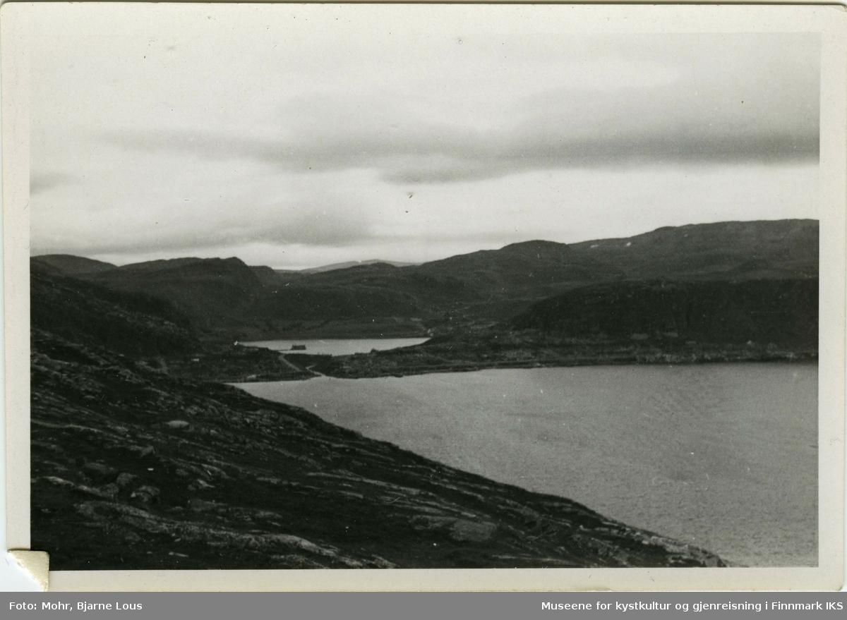 Ødeleggelsene etter andre verdenskrig. Hammerfest og Storvannet sett fra Fuglenesfjellet.