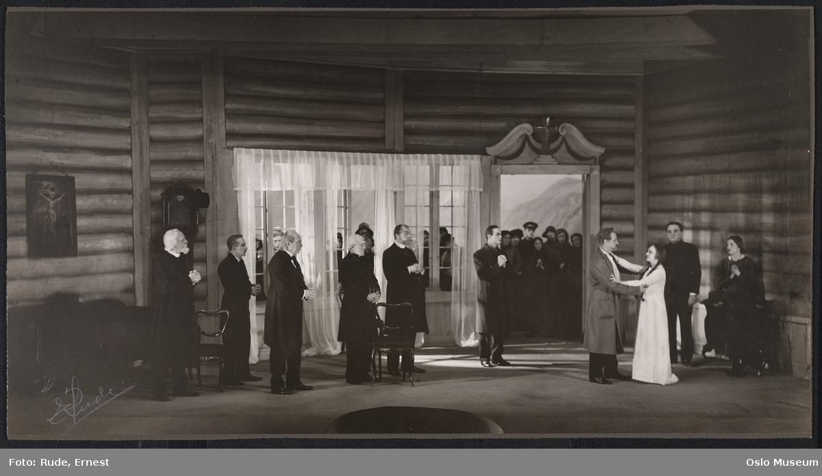 """Nationaltheatret, forestilling, scenebilde, """"Over Ævne I"""" av Bjørnstjerne Bjørnson, kvinner, menn, skuespillere"""