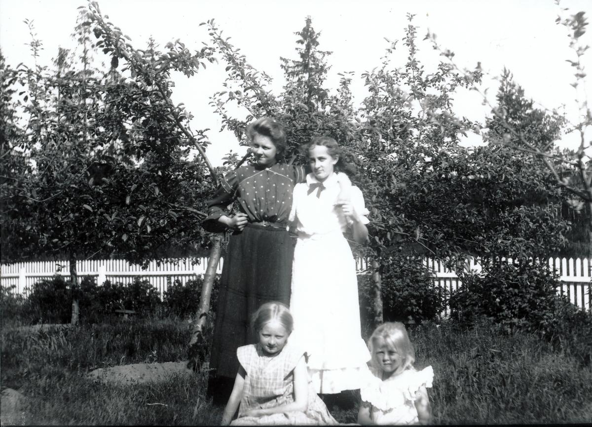 Signe Rydgren antagelig med venninne i hagen tilhørende bestyrervillaen på Kistefos. Eia og Signe Rydgren sitter foran de.