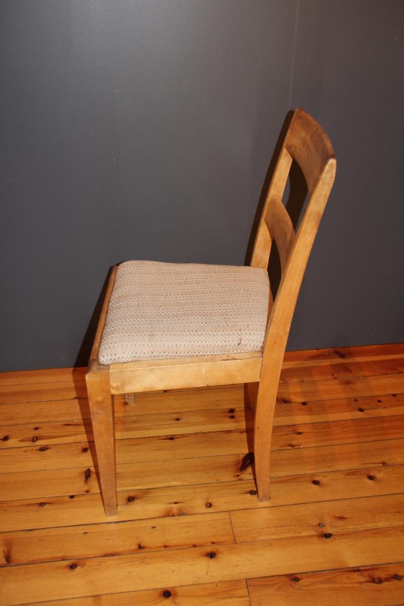Fem like stolar. Truleg i bjørk. Alle har lause sete som er ommatt trekt med heimevove stoff. Ein kan sjå det gamle ullstoffet på setene under det nyare. Putene har romertal skore inn på undersida.