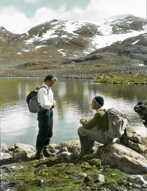 To turister tar en pust i bakken. Foto: Gunnar Raabe/Gudbrandsdalsmusea. (Foto/Photo)