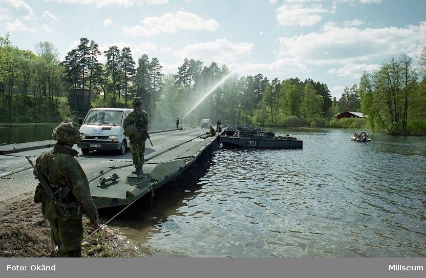 Däcksbro 200.  Bogserbåt 3 och Renault bil?