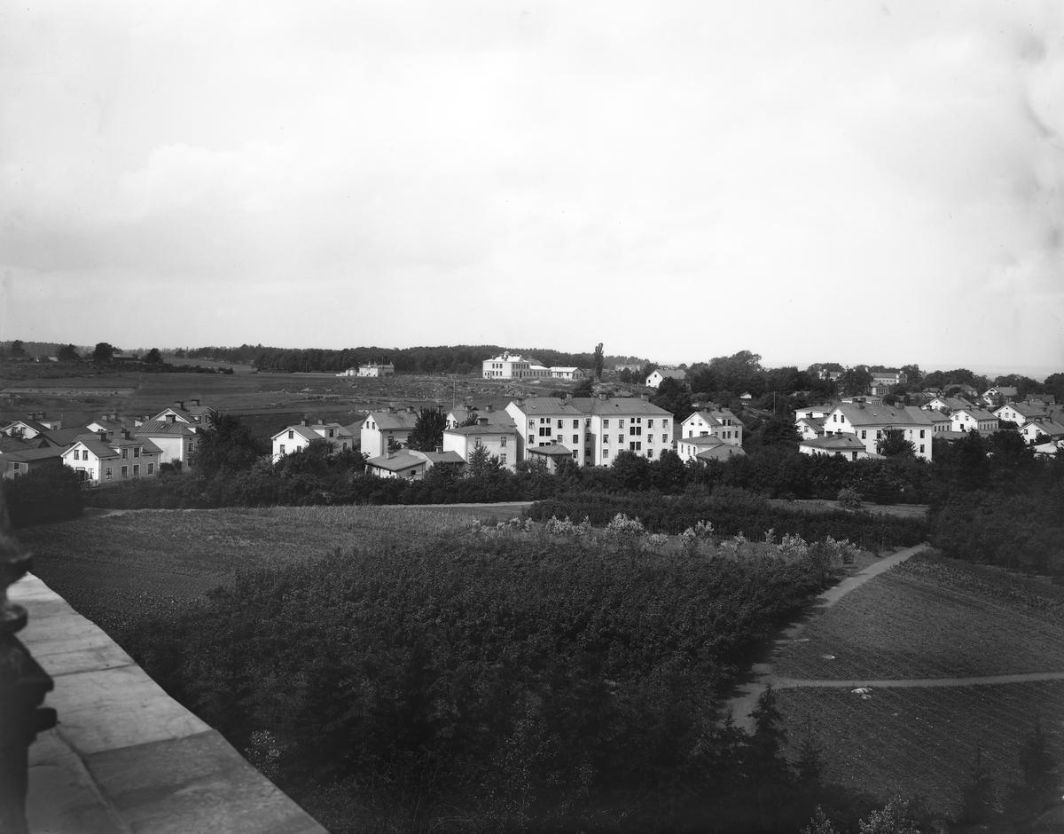 Vy från Belvederen i Linköping, mot nordväst. Det år 1901 uppförda Epidemisjukhuset syns på Kanberget. Stadsvy från centrala Linköping.