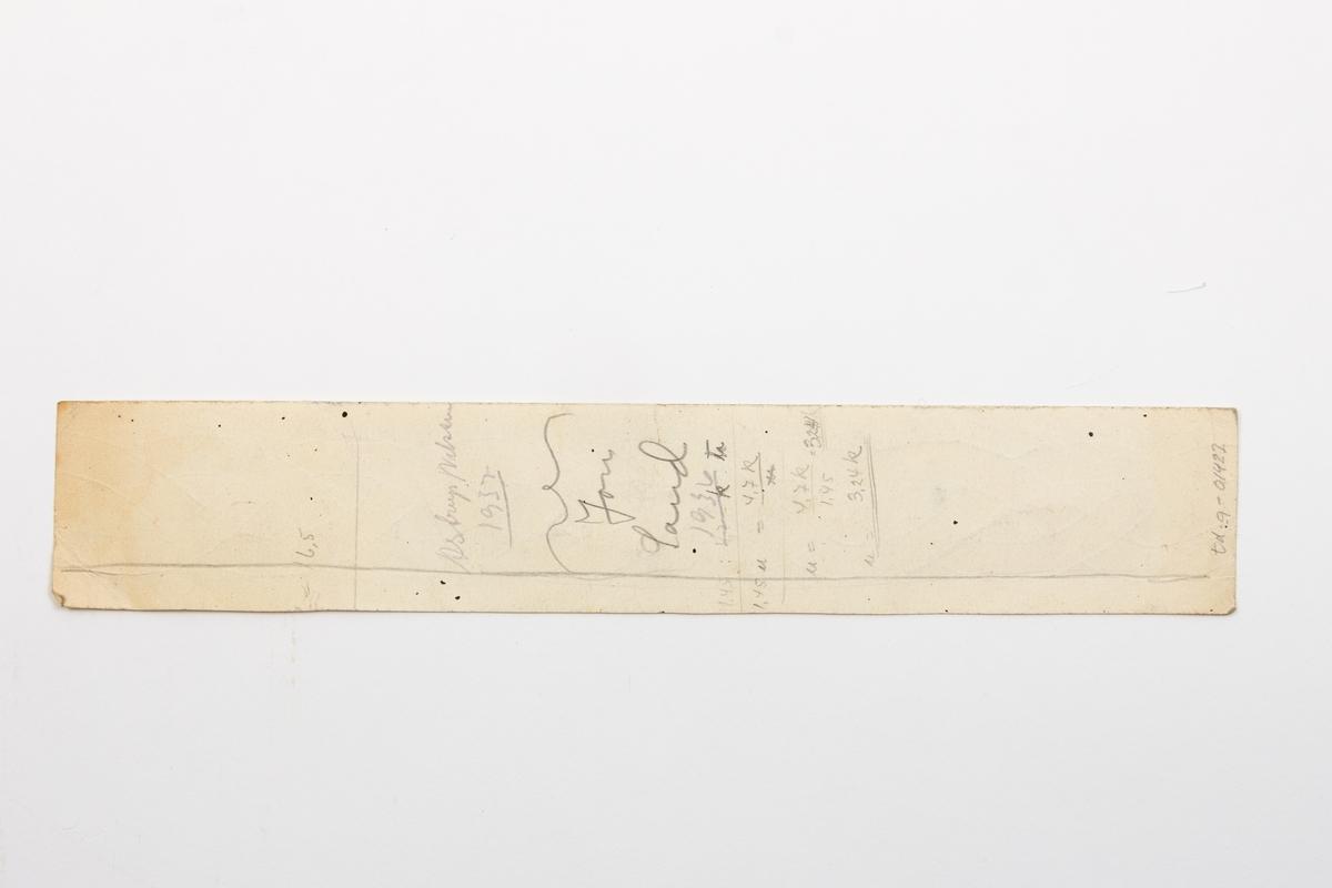 Arbeidstegninger til møbler, ni tegninger fra den norske husflidforening, Kristiania samt tre håndtegnede skisser. I tillegg et brev fra A/SStaal & Jern til Ove Normann. Arbeidstegninger til blant annet kommode, stol, orgelkrakk, kråskap og mønster til treskrud.