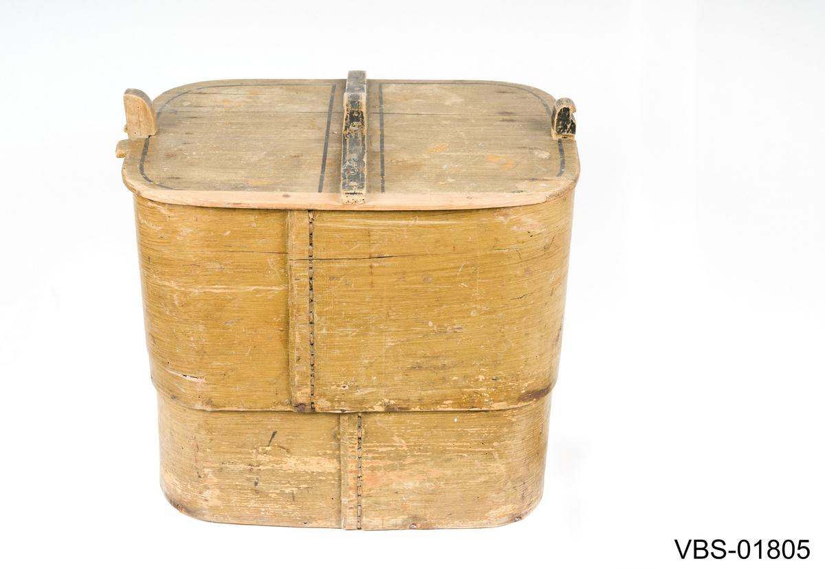 Sveipet tine med lokk. Rektangulær form.  Laget av to sveipet trøsker fastet med jernspiker med hverandre. Bunn i ett trestykke, festet til trøsken med treplugger, jernspiker og to jernplater som forsterkning inne. En stolpe i hver side fungerer som låsemekansime for lokket. Lokket laget av ett trestykke med utfaset kortside. Den ene har to tunger utenfor kanten for å lette åpning. Et tversgående trestykke med uthulet topp fungerer som håndtak.