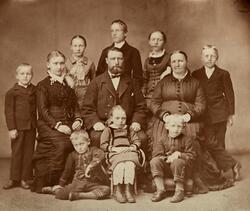 Skreddermester Johan Eriksen med famile. Hamar. Sittene fora