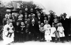 Gäster vid Alfred Sultans sjuttiofemårs dag i Långared den 2