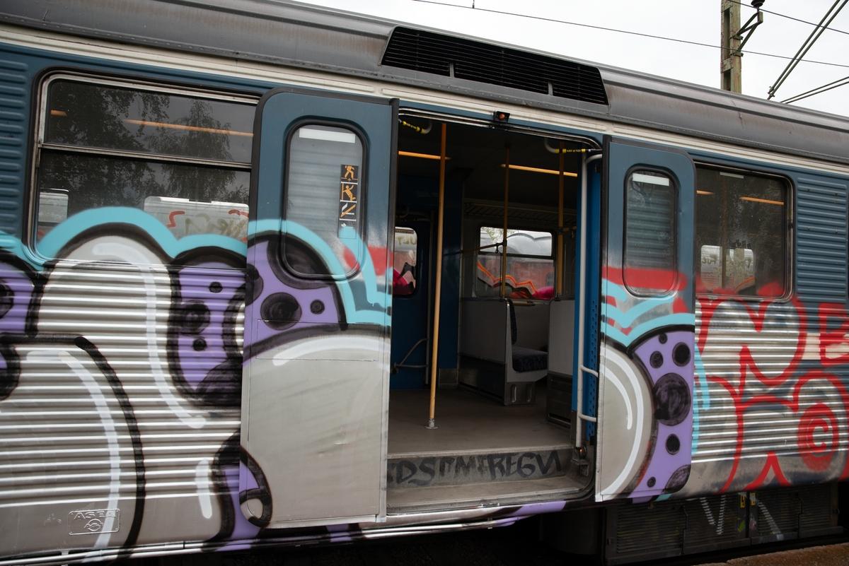 Elektriskt motorvagnståg, pendeltåg, SJ/SL X1 nr 3019 A+B. Delvis grafittimålad. Antal sittplatser: 196 Vikt i tjänst: 78 ton Största tillåtna hastighet: 120 km/h Motoreffekt: 4 motorer ger 1120 kW