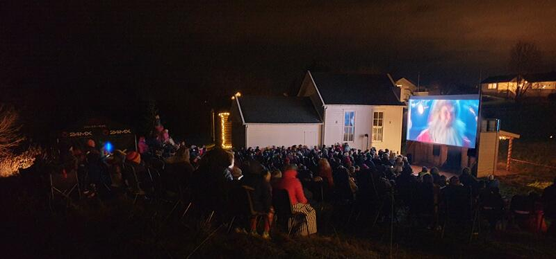 Utekino med publikum i mørket og julenissen på lerretet (Foto/Photo)