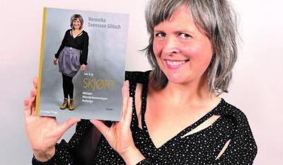 Veronika Svensson Glitsch viser fram sin nye bok «Lær å sy SKJØRT - Målsøm, Mønsterkonstruksjon, Redesign». Foto/Photo