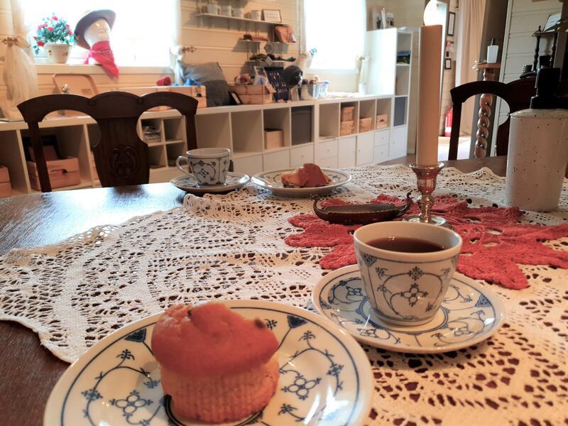 kaffiservise med bakevarer på bord med duk (Foto/Photo)