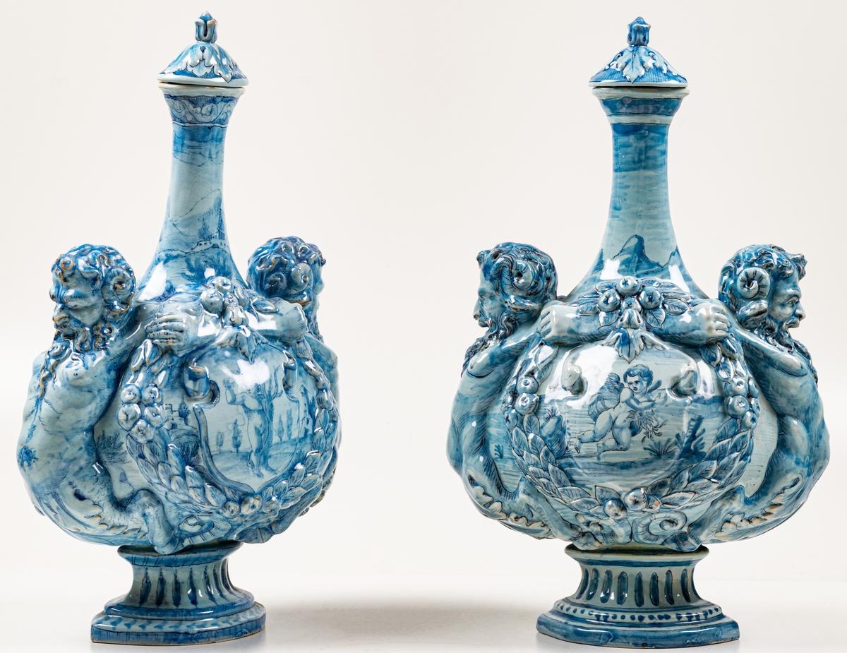 Vaser, 2 st, fajans. Florens, blå dekor.
