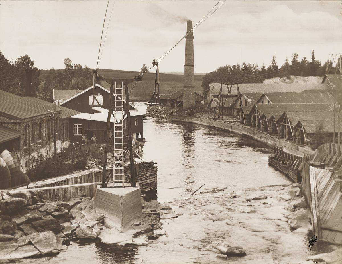 Bilde av Mago A, Eidsvoll verk teglverk, anlagt 1878. Dette var det første av sliperiene langs Andelven. Nå brukt til kraftverk, eid og driftet av Hafslund siden 1993, da de kjøpte flere kraftverk fra MEV. Beholdt sin opprinnelige form frem til 1918, da det ble bygget om. Ble nedlagt i 1932.