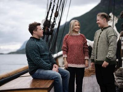 menneske på båt i strikka ullgensarar. Foto/Photo