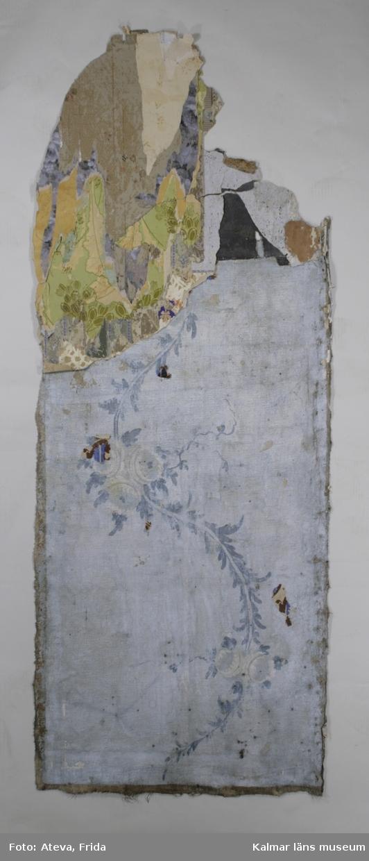 KLM 43832. Tapet av papper. 8 st tapetbitar med flera olika tapetlager. Översta lagret har grå tryckt botten medaljongliknande mönster i guld och vitt med vita blommor och blad i. På ytan mellan dessa är blommor i gult, ljusblått och rosa med gröna blad tryckta. Även stiliserade blommor i guld. Dateras till 1950-1960-tal. Lagret under har grå tryckt botten med mönster i vitt, grått och grönt med datering till 1950-tal. Nästa lager har goffrerad botten i brun och beige färg. Blomtryck i rött, brunt och grönt med datering till 1940-tal. Nästa lager har melerad botten i brunt, grått, svart och rött med datering till 1930-tal. Lagret under har goffrerad yta i brunt med geometriska detaljer i svart, rött, guld och brunt. Dateras till 1920-1930-tal. Nästa lager har nästan yttäckande blom- och bladmönster i grå färger, på ytan mellan blommorna är ett rut- och prickraster tryckt. Dateras till 1920-tal. Lagret under har gulbrun botten och smala lodräta gula streck, datering till 1900-1920-tal. Nästa lager har tryckt botten i grönblå färg med utsprade ytor som bildar blommönster. Även tryckta gröna blad. Dateras till 1900-1920-tal. Lagret under har tryckt ljusgrön botten och mönster med grönbruna oliver. Utsparade ytor i bottenfärgen bildar bladmönster och i detta rosa detaljer. Datering till 1900-1910-tal. Nästa lager har lodräta fältindelningar med grå eller ofärgad botten. Fälten med grå botten har utparade ytor som bildar blommönster, med vinröda detaljer. De andra fälten har linjeraster i vinrött och grått med textilt utseende. Dateras till 1900-1910-tal. Nästa lager har lodräta fältindelningar med helgrön botten eller ofärgad botten med grönt raster. Fälten med helgrön botten har utsparade ytor som bildar blombuketter, med ultramarinblåa detaljer. Fälten med rastertryck på ofärgad botten har tryckta stiliserade blommor i ultramarinblått. Dateras till 1900-1910-tal. Nästa lager har mycket strikt geometriskt medaljongmönster i brunt, otryckta ytor av bottnen bildar lodrät