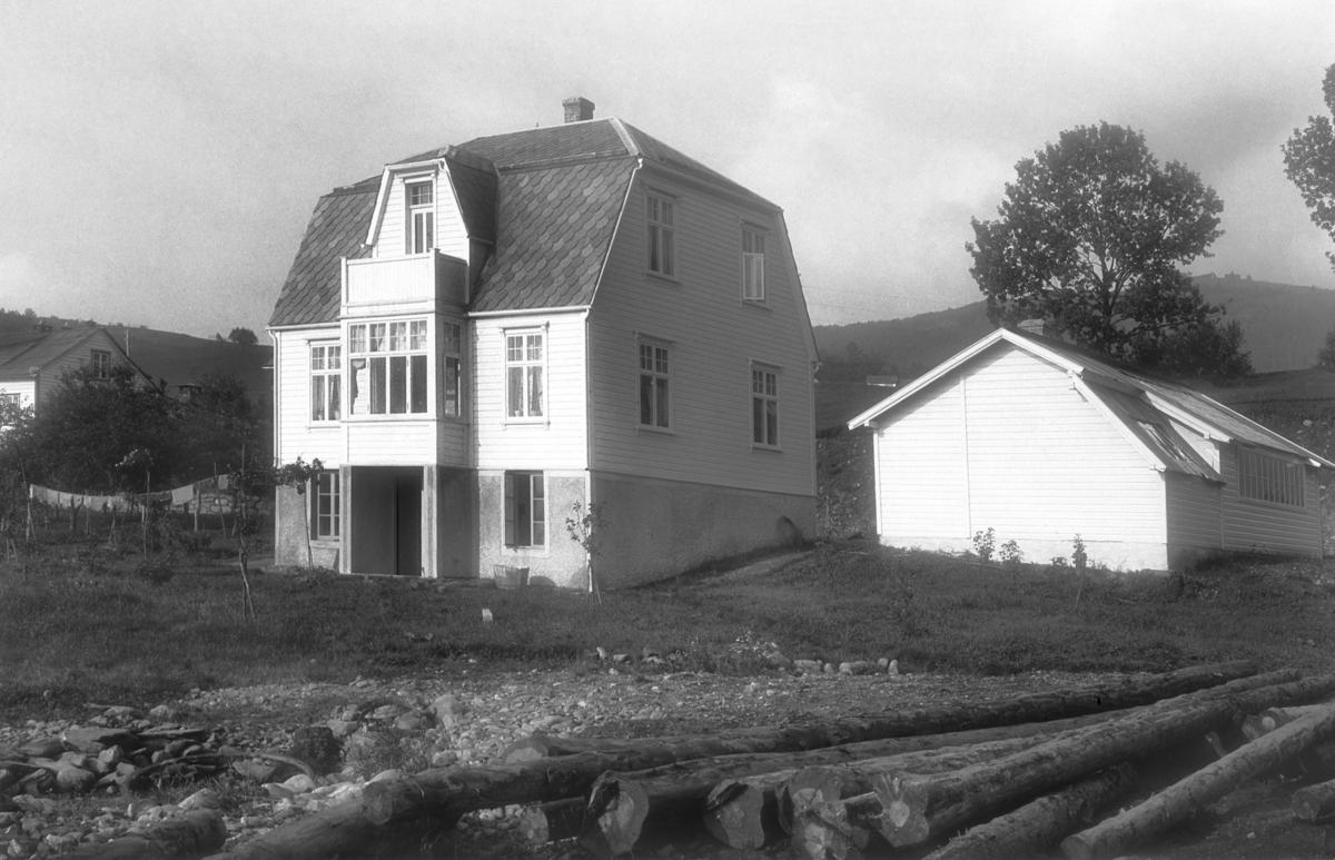 Fotografi av Lofthus sitt hus og atelier, 1910. Lofthus, Ullensvang, Hordaland. Fotograf: Torstein Lofthus.