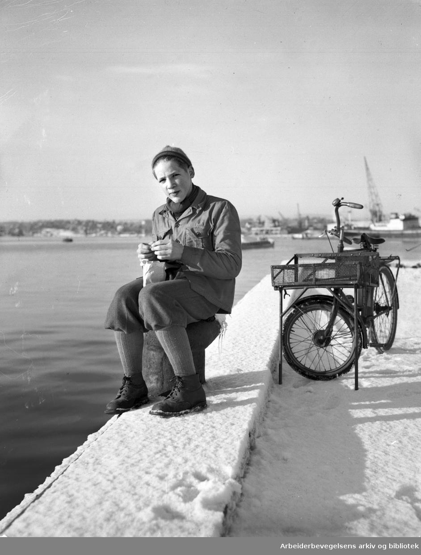 Visergutt med budsykkel. Foto 11. desember 1949