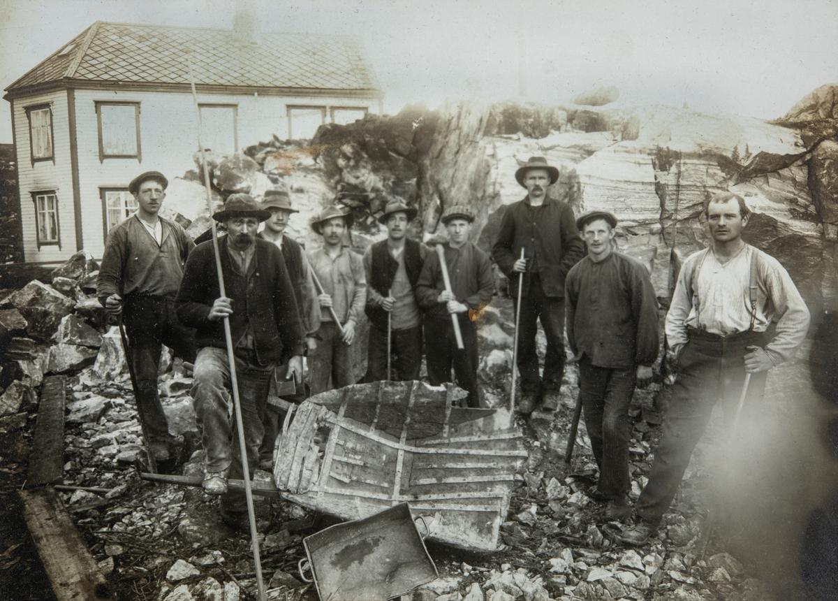 Gruppe 9 ukjente menn, arbeidsmenn, rallarer, anleggsarbeidere. Trillebår, redskap. Ukjent sted.