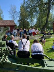 Steinsgårdskroken ser på ringdans med Jessheim Vgs (Foto/Photo)