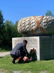 Kulturminister Abid Raja legger ned krans ved minnemonumentet i Trandumskogen (Foto/Photo)