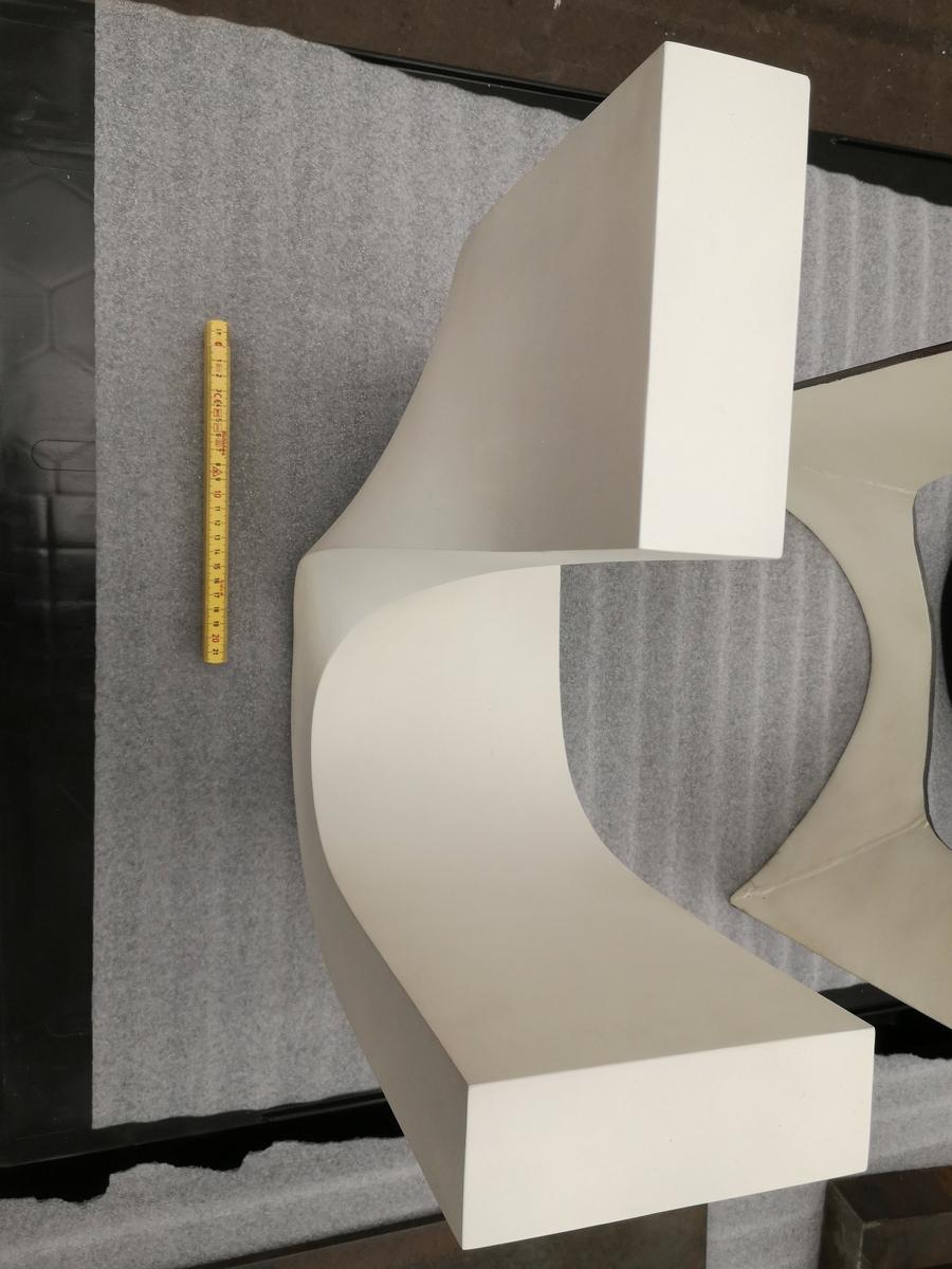 Laget i tre eksemplarer polyester + 3 eksemplarer bronse