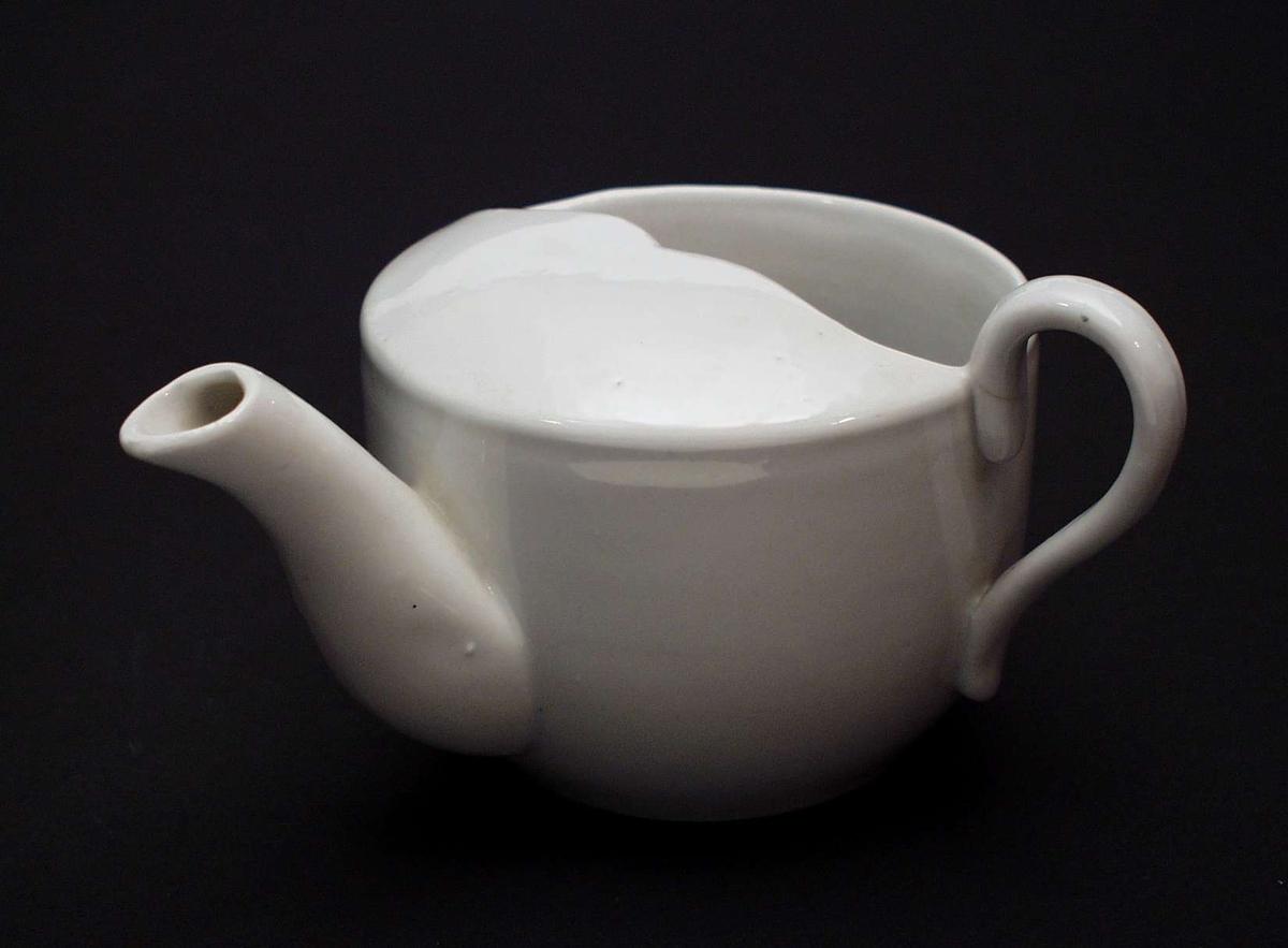 Hvit kopp i steintøy med kannefasong.