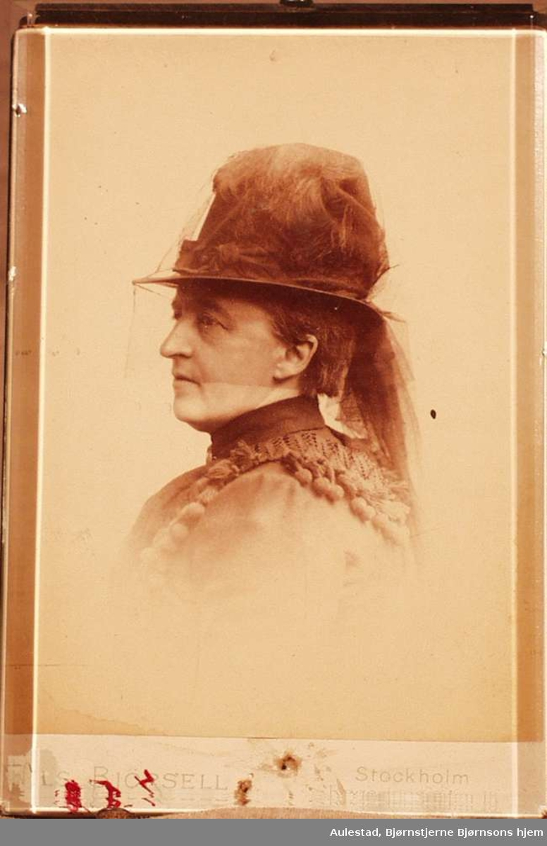 Karoline Bjørnson i hatt og slør.