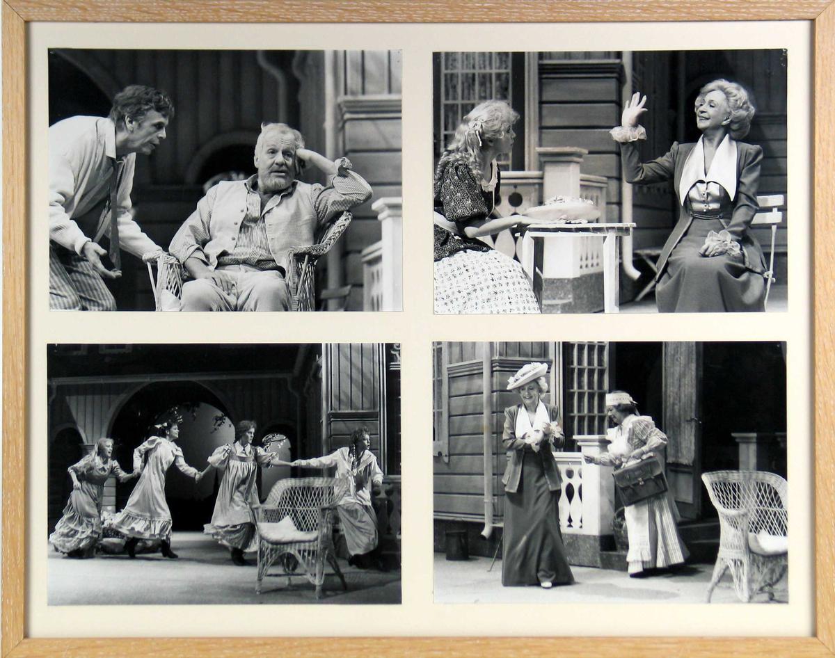 Fotografier fra en teateroppsetning.