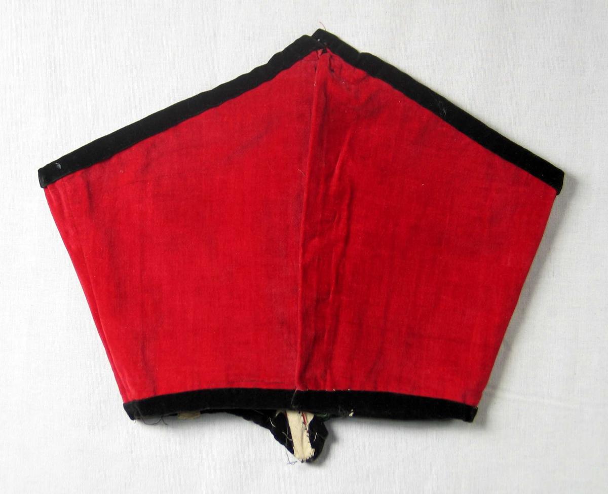 Rødt kjoleliv i fløyel stivet med spiler og skåret i spiss. Kantet med svart fløyel. Lukkes med hekter. Foret er av ubleket lerret.