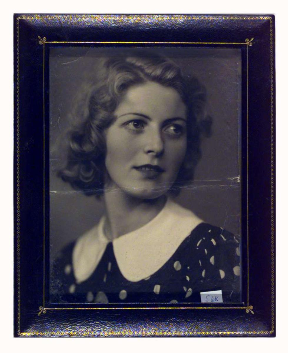Portrett av Gunvor Hjerkinn som ung kvinne.