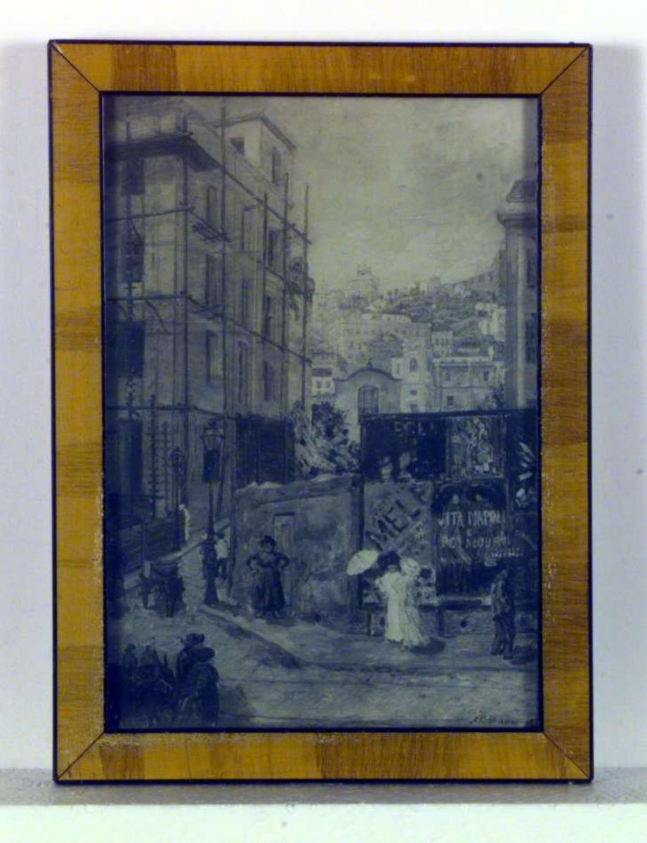 En liten plass og en gate i Napoli. Et hus er under oppussing på venstre side, en plakattavle vender mot oss til høyre. Det er folk i gatene og vi ser en gruppe mennesker med et par esler nede i hjørnet til venstre. Litt lenger opp i gaten trekker et esel en kjerre.