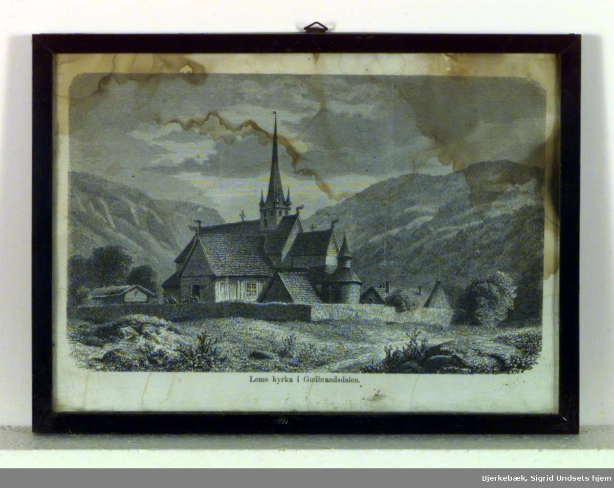 Bildet viser stavkirken i Lom i Gudbrandsdalen.
