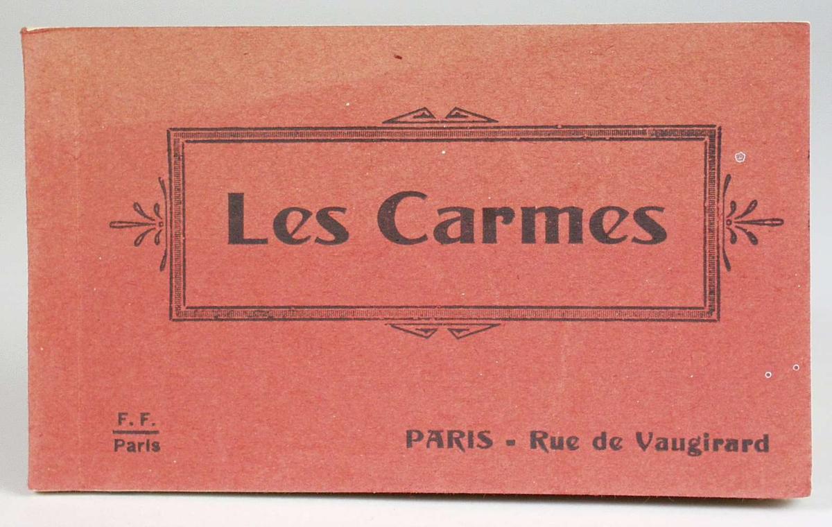 Et album med 18 sort/hvite postkort med eksteriør- og interiørbilder fra Les Carmes, Paris. Albumet er rødt, delvis falmet, med sort skrift på forsiden. Postkortene kan rives løs fra albumet. Kortene er adskilt med silkepapir.