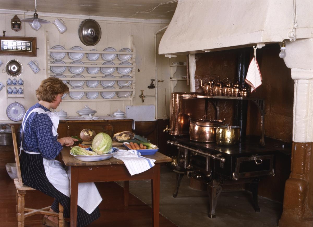DOK:1991, Aulestad, interiør, kjøkken, ovn, kobberkjeler, kvinne, grønnsaker, tallerken,