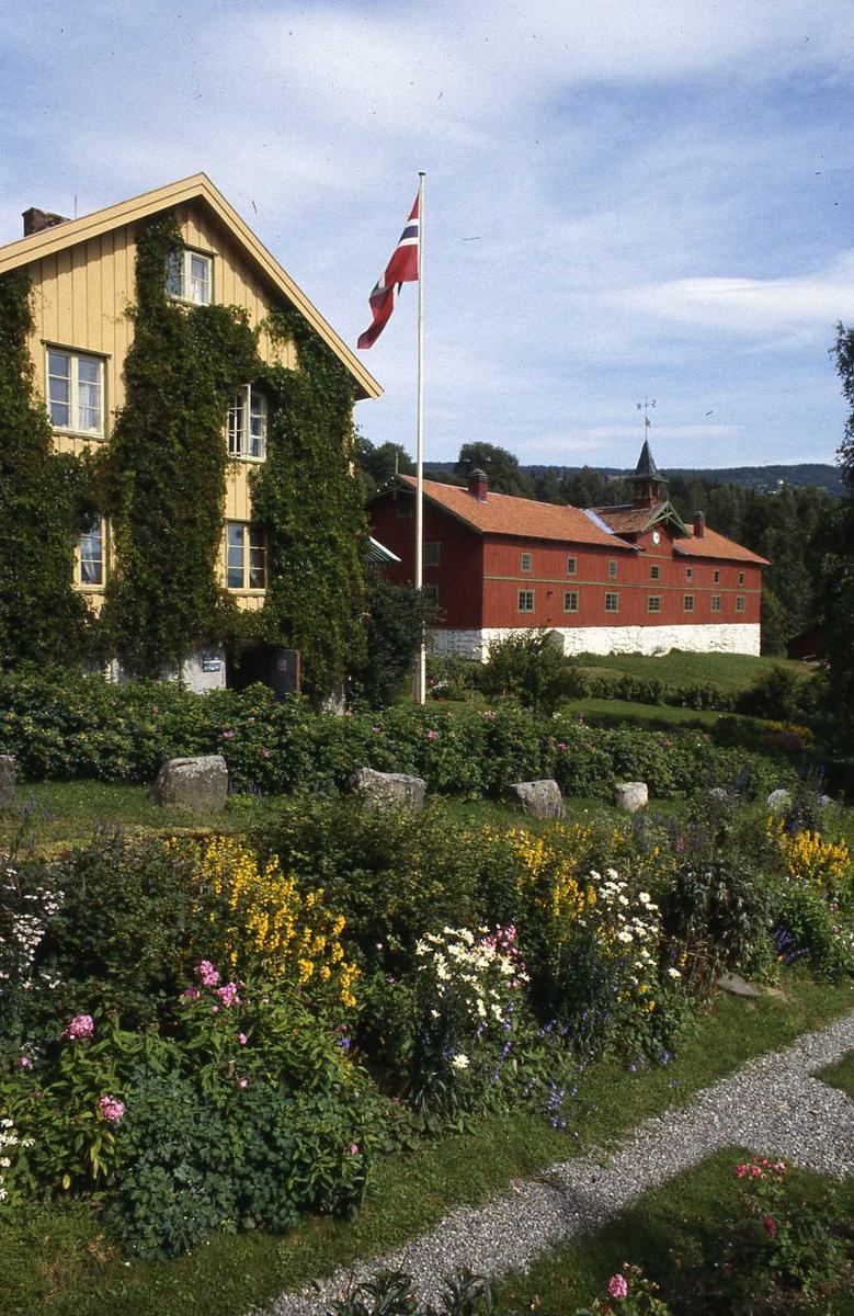 DOK:1990, hage, hus, drengestua, låve, blomster, flagg,